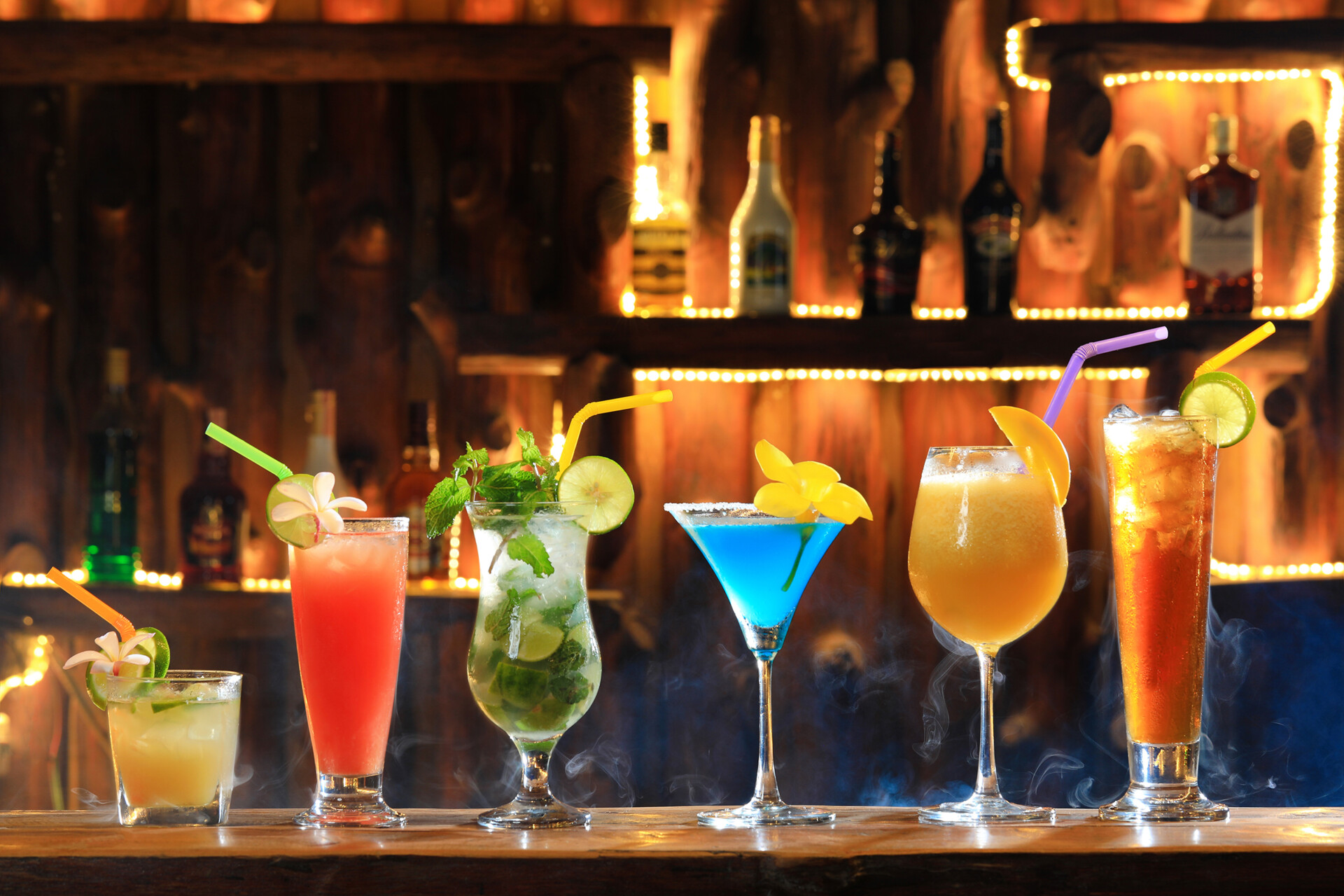 Alcohol,Tropical,Coctails,In,The,Bar